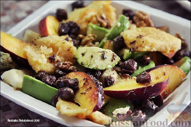 Фото к рецепту: Салат с авокадо, жареным сыром и куриными сердечками