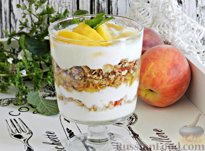 Фото к рецепту: Йогуртовое парфе с персиками и гранолой
