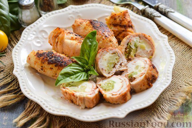 Фото к рецепту: Пикантные куриные рулетики с брокколи и плавленым сыром (в духовке)