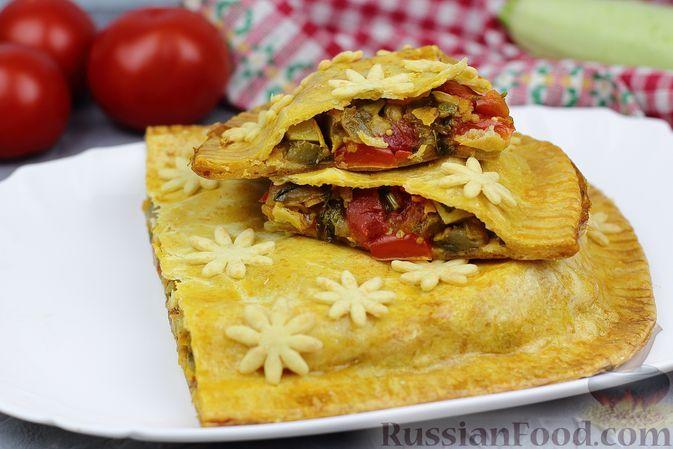 Фото к рецепту: Закрытый пирог из рубленого теста, с тушёными овощами