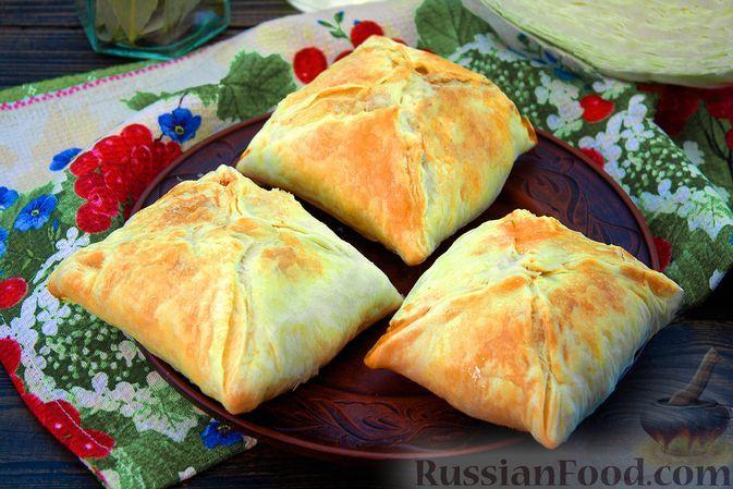 Фото к рецепту: Слоёные конвертики с тушёной капустой