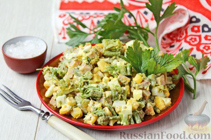 Фото к рецепту: Салат с кукурузой, брокколи, ветчиной и яйцами