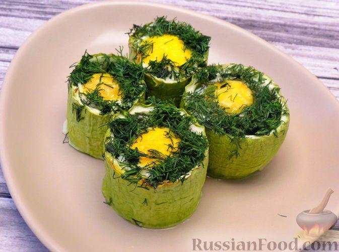 Фото к рецепту: Яйца, запечённые в кабачке