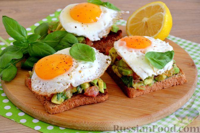 Фото к рецепту: Тост с авокадо, помидором и яйцом