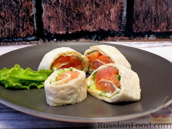 Фото к рецепту: Лаваш с красной рыбой, огурцом и плавленым сыром