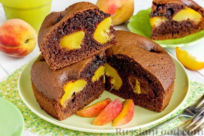 Фото к рецепту: Шоколадный пирог с персиками
