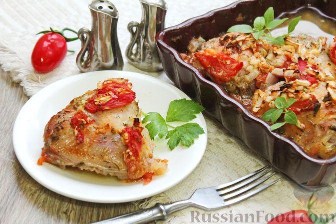 Фото к рецепту: Куриные бёдра, запечённые с помидорами и луком
