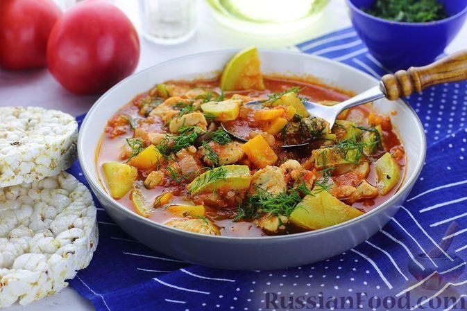 Фото к рецепту: Томатный суп с курицей и кабачками