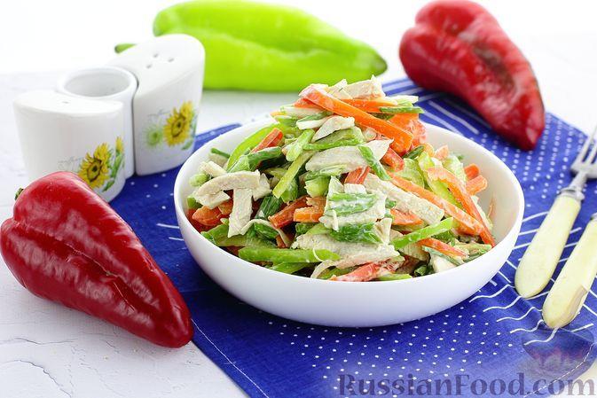 Фото к рецепту: Салат с курицей, болгарским перцем и зелёным луком