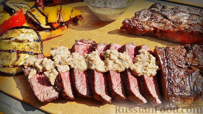 Фото к рецепту: Стейк топ-блейд из говядины на гриле с овощами гриль и сливочно-перечным соусом