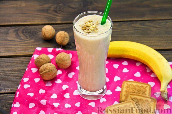 Фото к рецепту: Банановый коктейль с печеньем и орехами