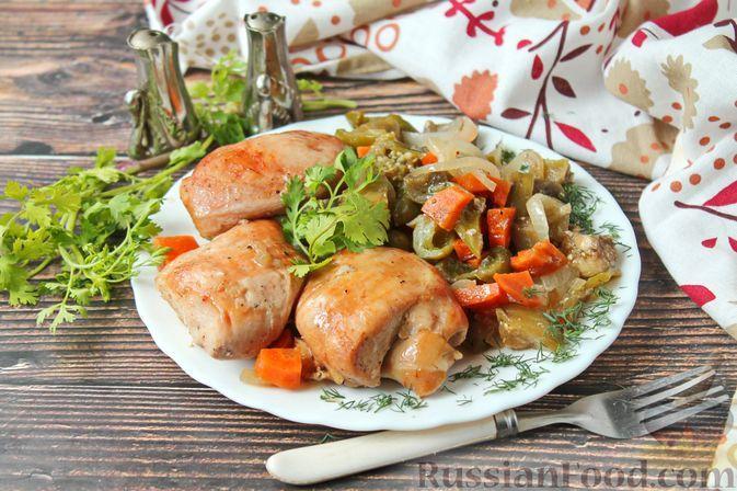 Фото к рецепту: Куриные бёдрышки, запечённые с баклажанами и сладким перцем, в рукаве