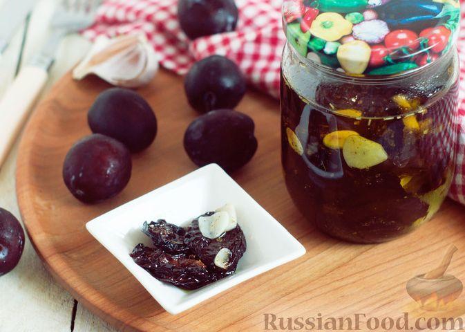 Фото к рецепту: Вяленые сливы с чесноком и пряностями (на зиму)