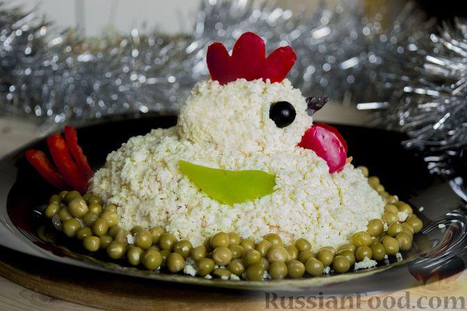 """Фото к рецепту: Салат """"Петушок"""" с зелёным горошком"""