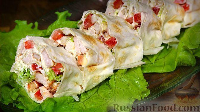 Фото к рецепту: Рулетики из лаваша с куриной грудкой, сливочным сыром и овощами