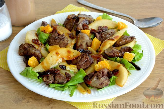 Фото к рецепту: Тёплый салат с куриной печенью и грушей