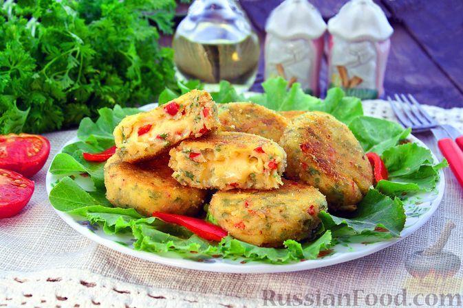 Фото к рецепту: Картофельные котлеты с болгарским перцем и сырной начинкой