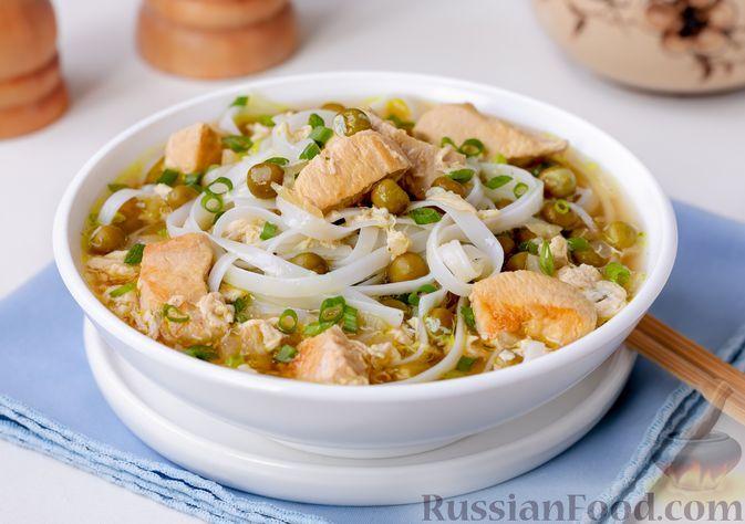 Фото к рецепту: Куриный суп с рисовой лапшой, консервированным горошком и соевым соусом