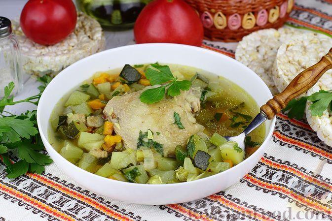 Фото к рецепту: Куриный суп с цукини и сельдереем