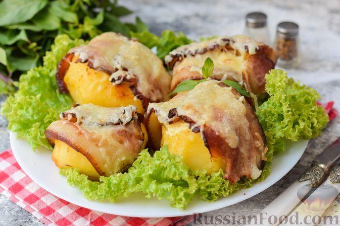 Фото к рецепту: Картошка, фаршированная сыром, запечённая в беконе