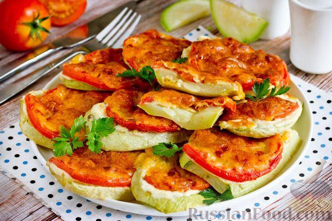 Фото к рецепту: Кабачки, запеченные с помидорами и майонезом, под сыром