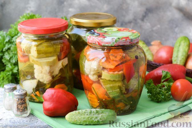 Фото к рецепту: Маринованные огурцы с кабачками, сладким перцем и цветной капустой