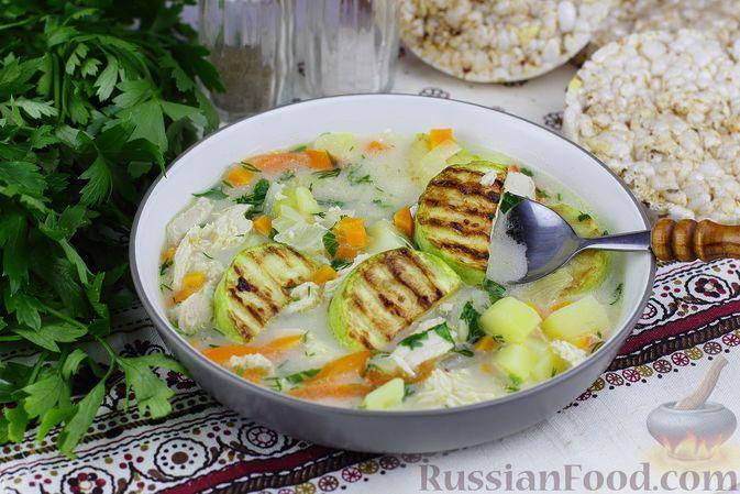 Фото к рецепту: Куриный суп с кабачками и плавленым сыром