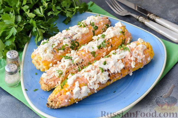 Фото к рецепту: Кукуруза, жаренная на мангале, со сметанно-майонезным соусом и сыром
