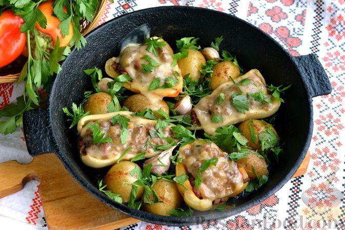 Фото к рецепту: Фаршированный перец, запечённый с картофелем и чесноком