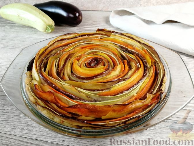 """Фото к рецепту: Овощной тарт """"Рататуй"""" с баклажанами, кабачками, картошкой и морковью"""