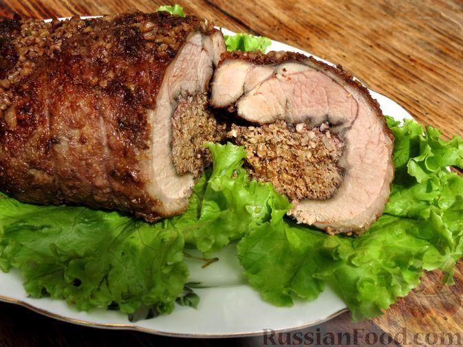 Фото к рецепту: Рулет из филе индейки в винно-гранатовом маринаде, с ореховой начинкой