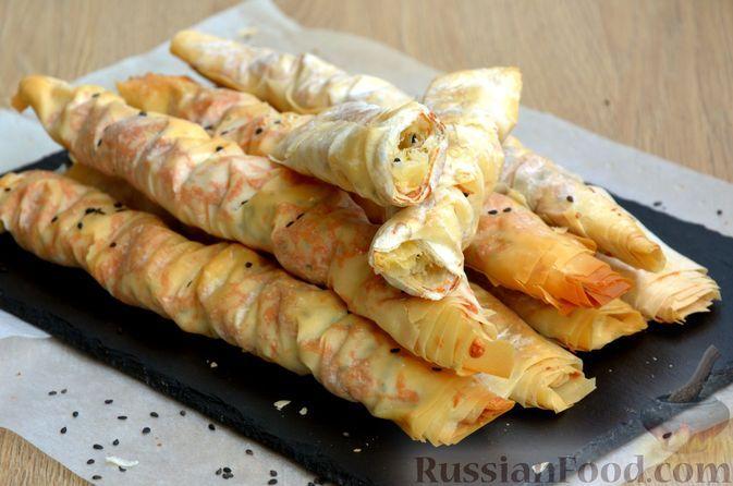 Фото к рецепту: Трубочки из теста фило, с сыром и кунжутом