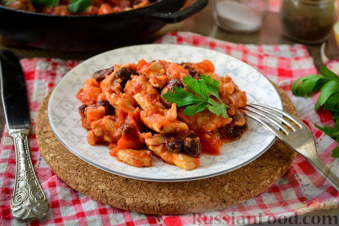 Фото к рецепту: Курица с фасолью, в томатном соусе