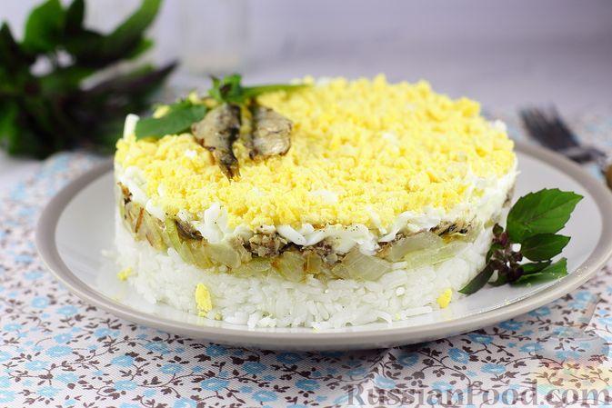 Фото к рецепту: Слоёный салат с рисом, шпротами и яйцами
