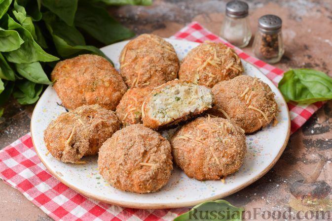 Фото к рецепту: Куриные котлеты с плавленым сыром, в сырной панировке (в духовке)