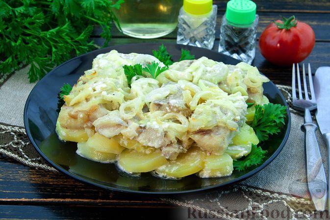 Фото к рецепту: Рыба, запечённая с картошкой, в луково-сливочном соусе