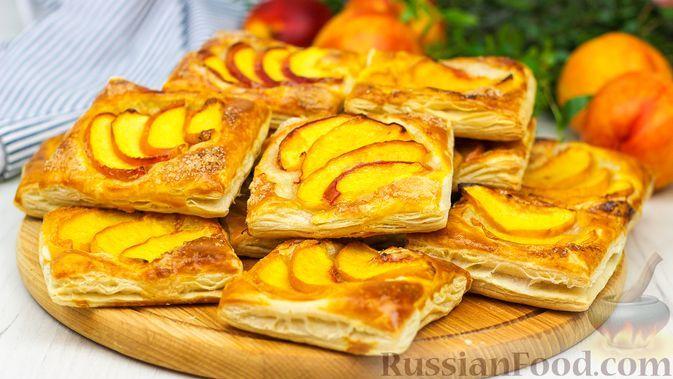 Фото к рецепту: Хрустящие слойки с персиками