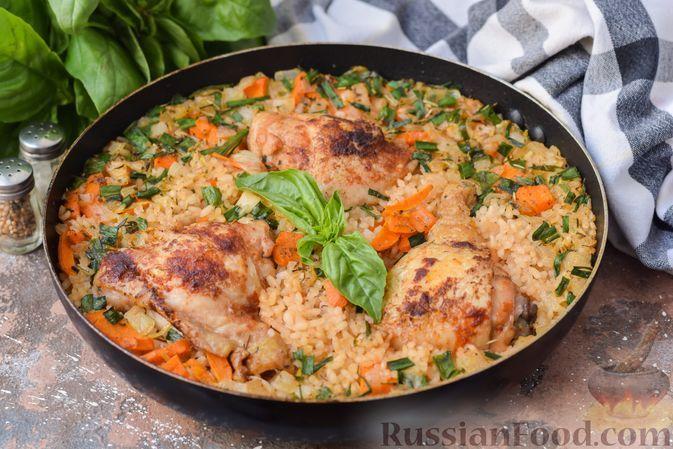Фото к рецепту: Куриные бёдра с рисом, лимоном и пряными травами (на сковороде)
