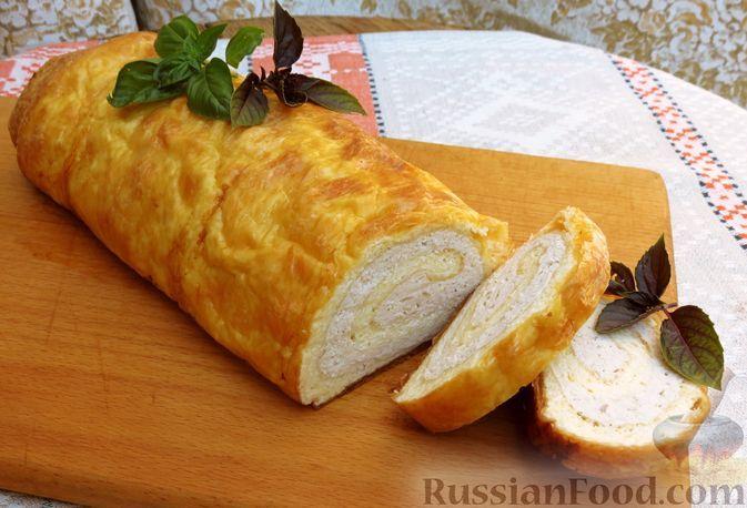 Фото к рецепту: Сырно-яичный рулет с куриным фаршем (в духовке)
