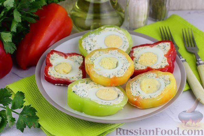 Фото к рецепту: Закуска из болгарского перца с творогом, сыром и яйцами