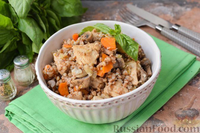 Фото к рецепту: Гречка с курицей и грибами (на сковороде)