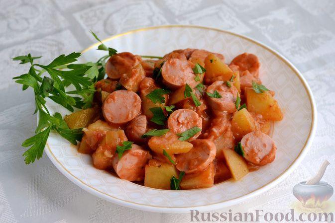 Фото к рецепту: Тушёная картошка с сосисками в томатно-сметанном соусе