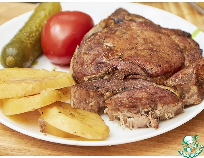 Рецепт: Свиная корейка на косточки с картофелем