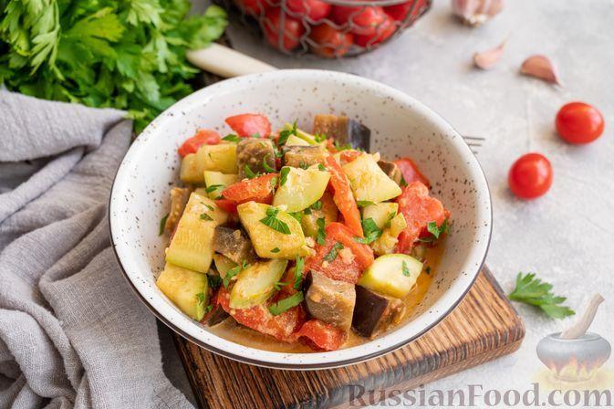 Фото к рецепту: Тушёные кабачки с баклажанами и сладким перцем в сметане