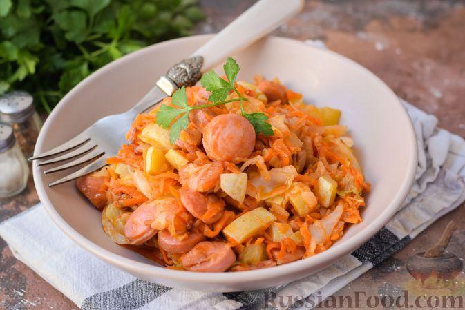 Фото к рецепту: Капуста, тушенная с кабачками, сосисками и томатной пастой