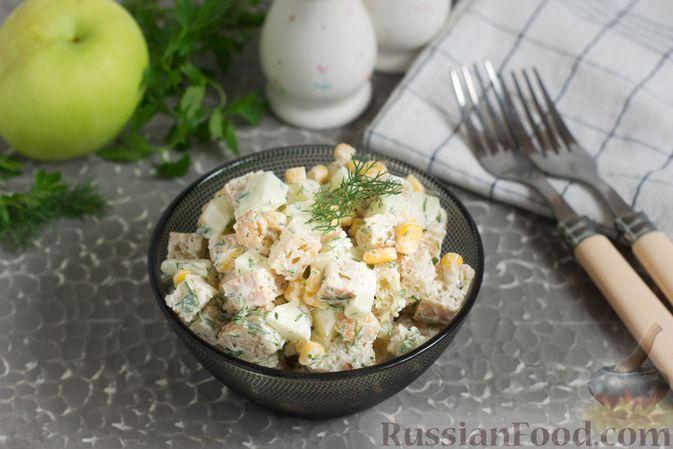 Фото к рецепту: Салат с кукурузой, яблоком и сухариками