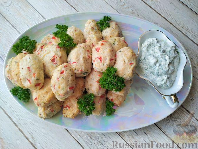 Фото к рецепту: Куриные котлеты в духовке (с болгарским перцем) и сметанный соус к ним