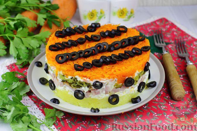 Фото к рецепту: Слоёный салат с картофелем, ветчиной, маринованными огурцами и морковью