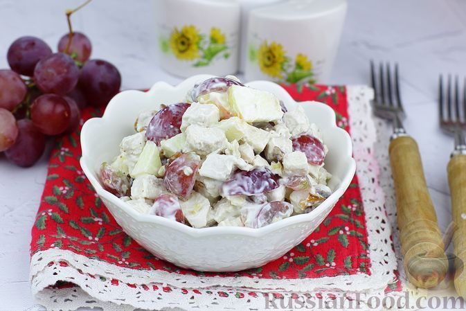 Фото к рецепту: Салат с курицей, виноградом, яблоками и орехами