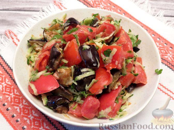 Фото к рецепту: Салат c жареными баклажанами, помидорами, огурцами и зеленью